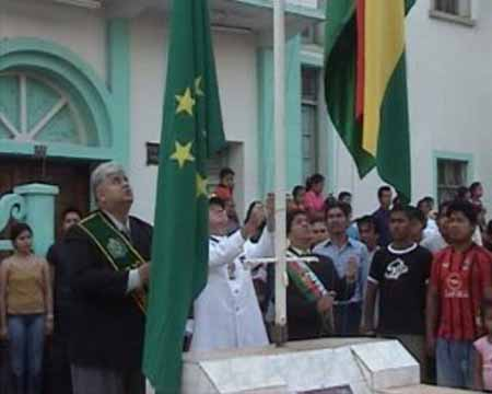 Agustin Vargas Rodolfo Ojopi y Freddy Meja izando las banderas