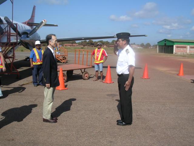 embajador recibiendo el parte militar