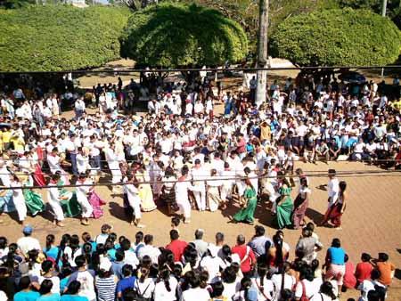 la plaza reunió a miles de personas