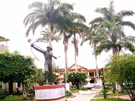 Plaza de Cobija con el monumento a Bruno Racua