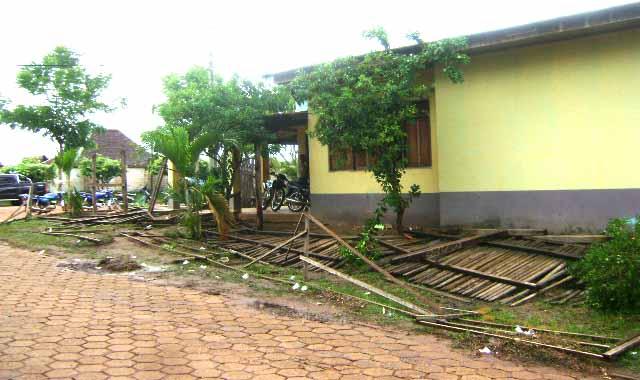 todo el cerco de madera fue destruido por la turba