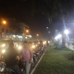 muchísimas motocicletas y autos